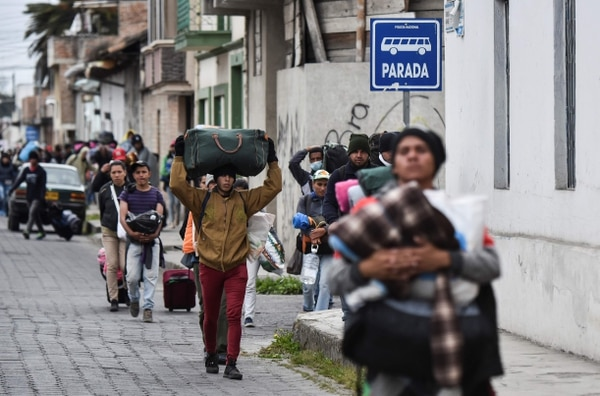 Después de cruzar la frontera, procedentes de Colombia, venezolanos caminaban por las calles de la ciudad ecuatoriana de Tulcan,el 21 de agosto del 2018.