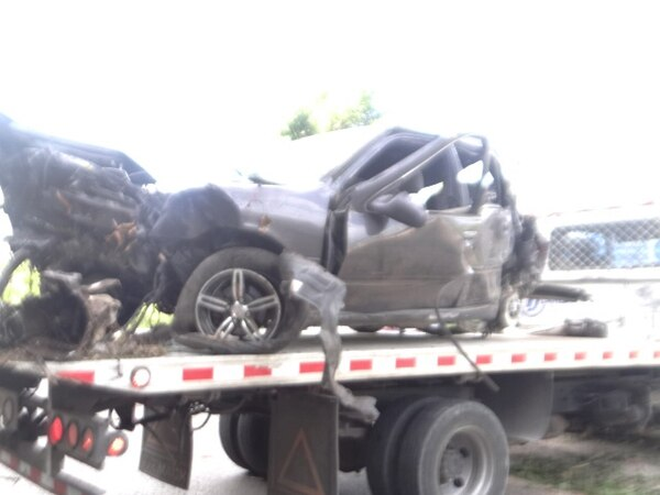 El vehículo del policía fallecido en Paso Canoas quedó destrozado y tuvo que ser transportado por una grúa. El OIJ indicó que la alta velocidad podría ser la causa del percance. | ALFONSO QUESADA.