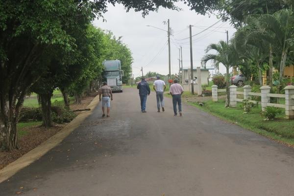 Calles recién asfaltadas en Boca Arenal, San Carlos, uno de los trabajos que más destacan los vecinos de estas comunidades cuando hablan de la gestión municipal. CARLOS HERNÁNDEZ PARA GN