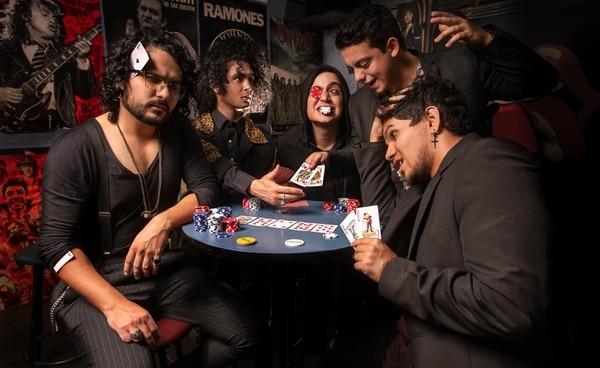 """La banda nacional Triddi relaciona su nuevo disco con los juegos de azar, al afirmar que la vida es """"como una moneda al aire"""". En la imagen se les ve en el Rolling Stone, su bar favorito. Cortesía de Triddi/Israel Solís"""