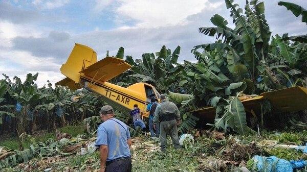 La avioneta de fumigación TI- AXR quedó clavada entre un bananal.
