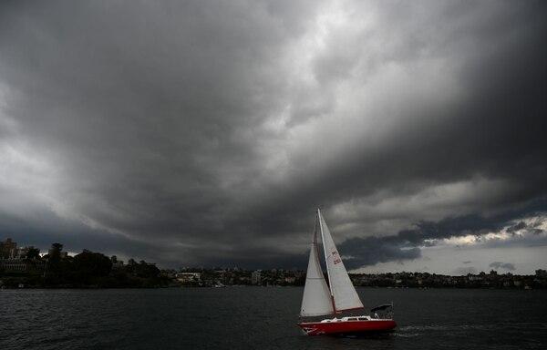 Nubes de tormenta sobre el puerto de Sídney, este lunes 20 de enero del 2020.