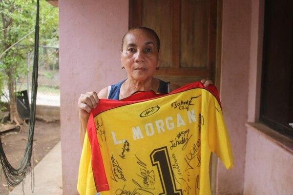 Victoria Suazo guarda una de las camiseta de su hijo, Léster Morgan que utilizó en el Herediano. Fotografías: Sonido de Peso, exclusivas para La Nación