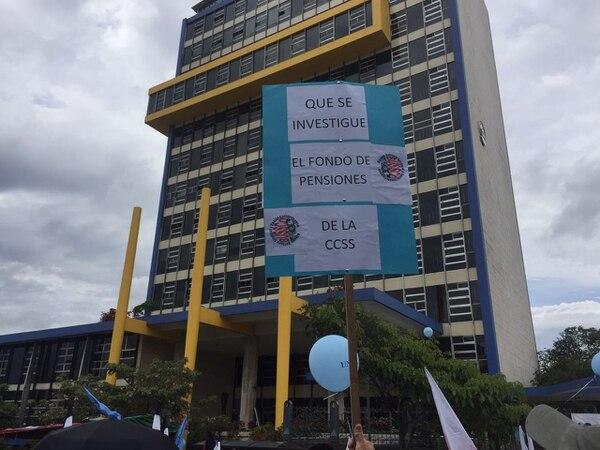 Empleados del sector salud mantienen una protesta frente al edificio de la CCSS, en el centro de San José.