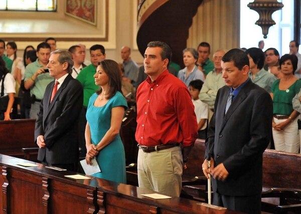 Otto Guevara (de rojo) participó en febrero del 2010 en la misa en la Catedral Metropolitana, junto a otros candidatos. En esta ocasión, los aspirantes no serán invitados a la celebración el día de las elecciones.   EYLEEN VARGAS /LN