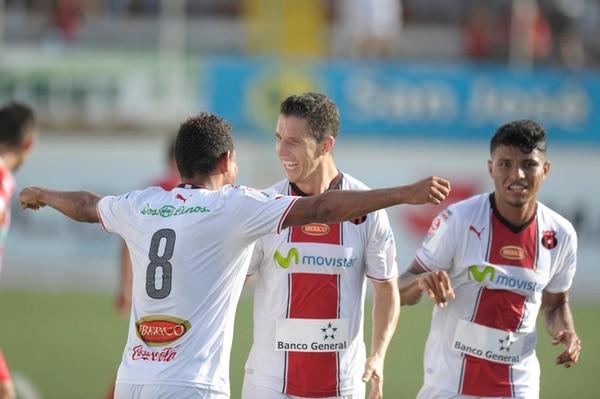 Armando Alonso (8), Pablo Antonio Gabas y Johan Venegas celebran uno de los tantos manudos en la victoria del sábado en Guápiles.   PABLO MONTIEL