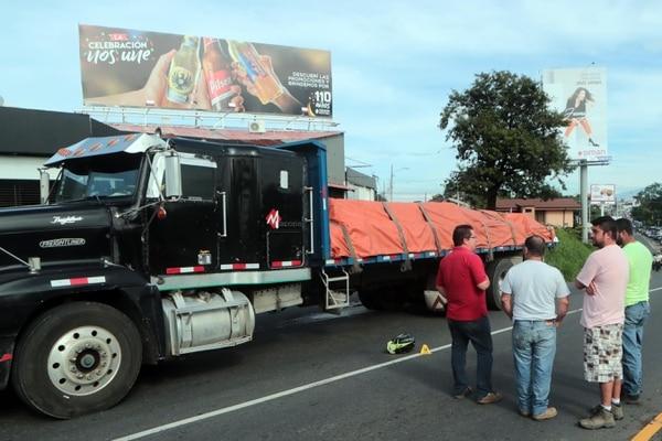 El accidente ocurrió a las 5:17 a. m. en el carril que va de San José a Tres Ríos según informó la Cruz Roja. Foto Alonso Tenorio