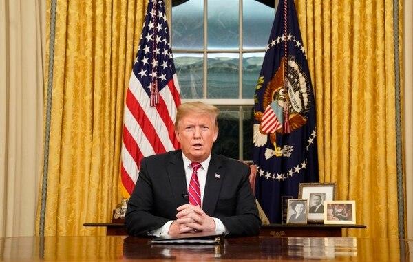 El presidente Donald Trump da un mensaje desde la Oficina Oval de la Casa Blanca sobre seguridad fronteriza, el 8 de enero del 2019, en Washington. Foto: AP