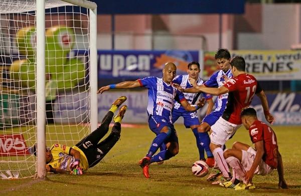 Johnny Acosta se apresta a enviar la pelota al fondo de los cordeles tras el rechazo del portero Alejandro Gómez para convertir el segundo tanto del partido. | RAFAEL PACHECO