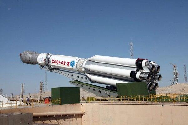 Una foto de archivo del 2013 muestra un vehículo de lanzamiento Proton-M con tres satélites Glonass-M a bordo mientras se monta en su plataforma de lanzamiento en el cosmódromo de Baikonur, Kazajistán. Un cohete portador ruso con un satélite mexicano a bordo se ha estrellado en Siberia.