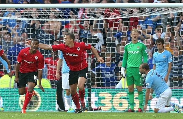 Frazier Campbell (10) acaba de anotar el tercer gol del Cardiff City e inicia la carrera para festajar. Atrás lo sufren Joe Hart, Pablo Zabaleta y David Silva.   AP