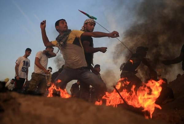 Palestinos lanzaban piedras el martes contra las tropas israelíes en un sector de la frontera entre Israel y la franja de Gaza.