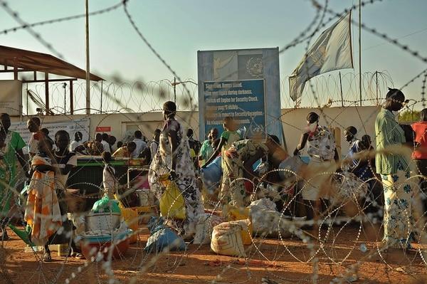 Los residentes de Juba llegan al complejo de la ONU este viernes donde buscaron refugio.