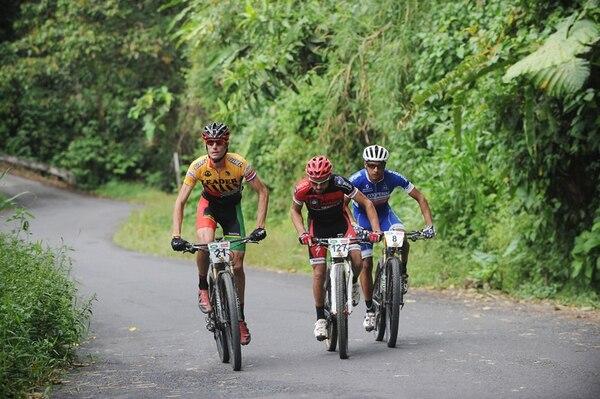 El cicislita portugués Luis Leao Pinto (amarillo) fue mucho para Josep Betalu (rojo) y Luis Mejia durante la edición 22 de la Ruta.   RAFAEL MURILLO