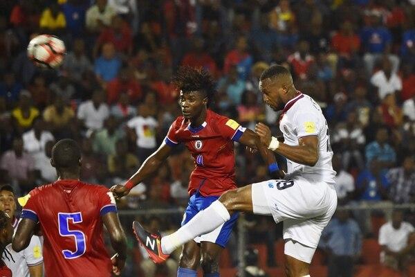 Kendall Waston se impuso en las alturas en el duelo contra el haitiano Ricardo Ade. La Sele ganó 0-1 y avanzó a la hexagonal.   AFP