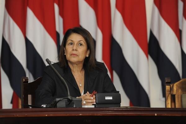 La ministra de Educación, Sonia Marta Mora, indicó que la propuesta para modificar el calendario de las pruebas de bachillerato será sometida a consulta de las organizaciones gremiales de educadores.