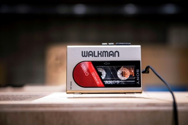 Un Walkman WM-24 parte de la exposición por los 40 años del dispositivo creado por Sony, en Tokio el 10 de julio de 2019. Foto: AFP.