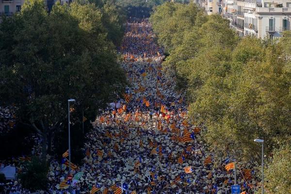 Miles de personas se manifestaron este domingo con banderas para pedir la independencia de Cataluña, en Barcelona, España.