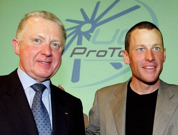 Lance Armstrong, cuando era líder del equipo Discovery Channel, posa junto al presidente de la UCI, Hein Verbruggen, en marzo de 2003.