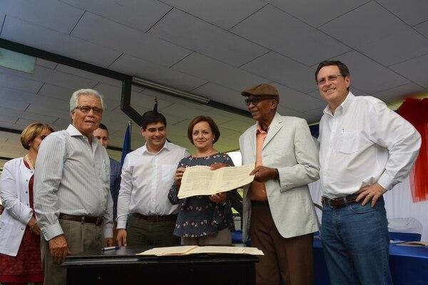 Líderes comunales de Turrialba acompañaron este viernes al presidente de la República, Carlos Alvarado, y a autoridades de la CCSS, como su jerarca Román Macaya, en la firma del contrato con la empresa responsable de construir el nuevo hospital. Foto: CCSS
