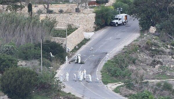 Este sábado, la policía continuaba con las investigaciones en la carretera donde estalló el coche de la periodista, justo antes de que regresara a su casa.
