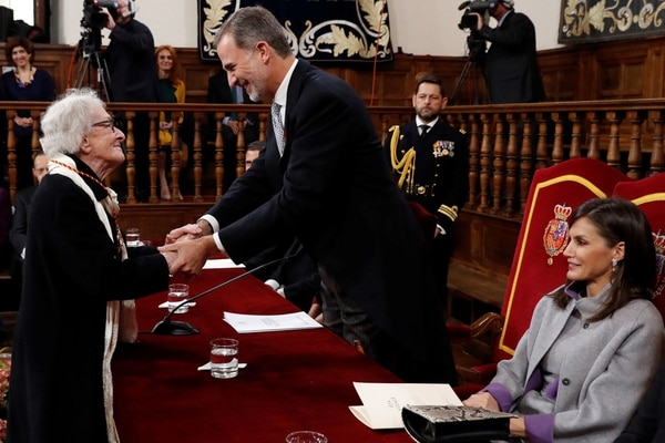 Uruguayan poet Ida Vitale (L) receives the Cervantes Literature Prize from King Felipe VI of Spain and his wife Queen Letizia (R) during a ceremony at the University of Alcala in Madrid on April 23, 2019. (Photo by Andres BALLESTEROS / various sources / AFP)