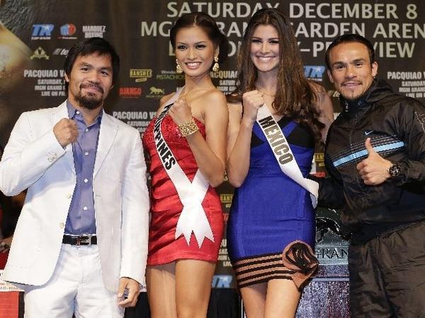 Manny Pacquiao y Juan Manuel Márquez (extrema derecha) junto a Miss Filipinas, Janine Tugonon, y Miss México, Karina González. | AP.