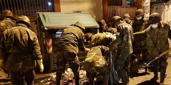 Los militares se lanzaron a las calles para recoger la gran cantidad de basura acumulada. Foto: Bolivia TV