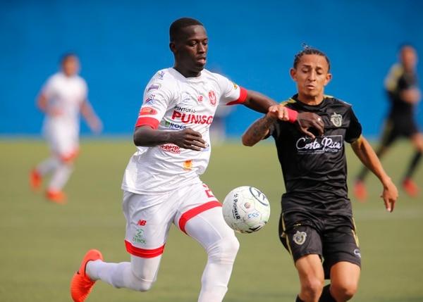 El futbolista Byron Bonilla (derecha), ficha del Sporting, recibe la marca de Jemark Pence de Palmares (izquierda). Foto: Albert Marín.