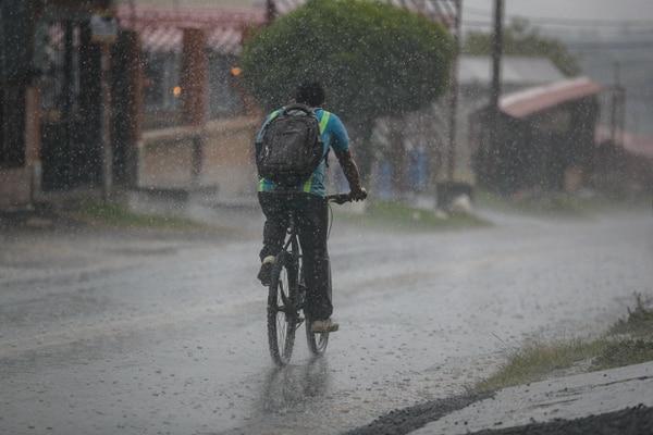 Este ciclista fue sorprendido por la lluvia en San Isidro de Heredia la tarde de este miércoles. Foto: Jeffrey Zamora.