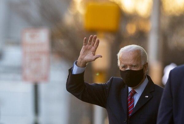 El presidente electo, Joe Biden, saludó a la salida del Queen Theatre, en Wilmington, Delaware, donde se reunió este lunes 23 de noviembre del 2020 con la Conferencia de Alcaldes de Estados Unidos. AFP