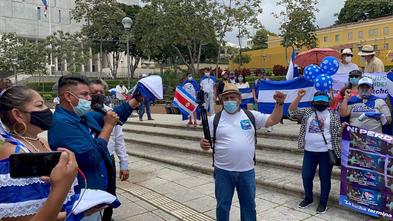 Poco antes del mediodía decenas de nicaragüenses y otros participantes de la marcha contra el gobierno de ese país llegaron a la Plaza de la Democracia. Foto: Alonso Tenorio.