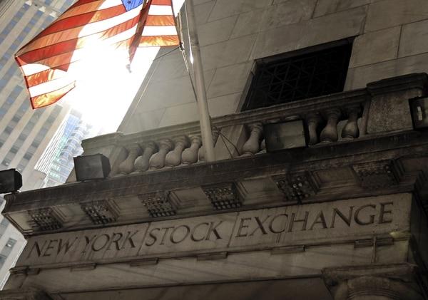 Vista de la bandera estadounidense, que ondea en el exterior del edificio de la Bolsa de Wall Street, en Nueva York. El mercado se mantiene atento a la situación política de Siria.