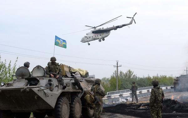Soldados ucranianos cuidan un puesto de control que retomaron ayer en Andreevka, cerca de Slaviansk. | AFP