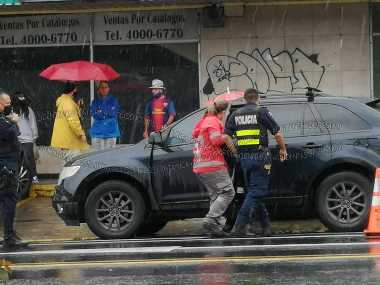 La Cruz Roja y la Fuerza Pública atendieron la tentativa de homicidio contra el exagente judicial. Foto: Cortesía Accidentes de Costa Rica.