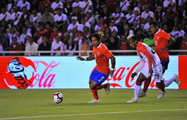 Jonathan McDonald redondeó su buen paso en la Selección Nacional en la gira por Suramérica al marcar ante Perú y dejar una buena sensación al asociarse con Joel Campbell. Fotografía: Diego RAMOS/AFP)