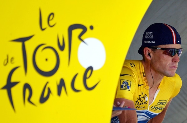 El que una vez fue la leyenda más grande del Tour de Francia, Lance Armstrong, asegura que se puede ganar la afamada carrera sin doparse.   AFP