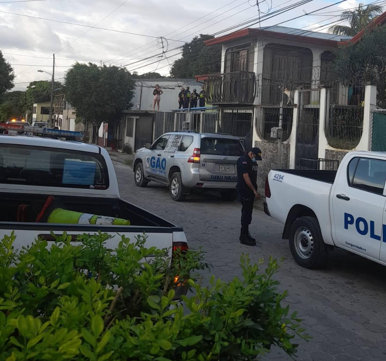 Oficiales del Grupo de Apoyo Operacional (GAO) atendieron la escena con refuerzos, luego de trascender la agresión, pues el sujeto estaba en la casa. Foto: Cortesía Guana/Noticias.