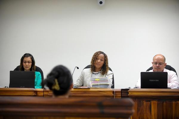 La madre, de 38 años, narró ayer lo que su hija le contó sobre los supuestos abusos sexuales ante los jueces del Tribunal de Juicio de Pococí Nancy Marín, Janeth Mena y José María Arguedas (orden usual). | LUIS NAVARRO