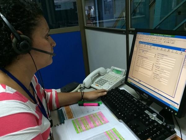 Elizabeth Valerio, de la clínica Clorito Picado, atiende la línea 800 para citas. Ella reconoció que los campos se agotan en hora y media.   LUIS DÍAZ