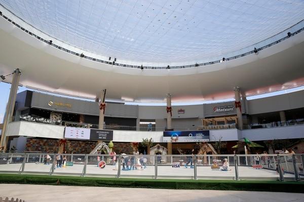 El O1 es el más vibrante de Oxígeno. Ahí está la plaza para actividades masivas o instalaciones más ambiciosas, como esta pista de patinaje sobre hielo que permanecerá hasta febrero. Ahí se ubica el área de comidas. Fotografía: Mayela López.