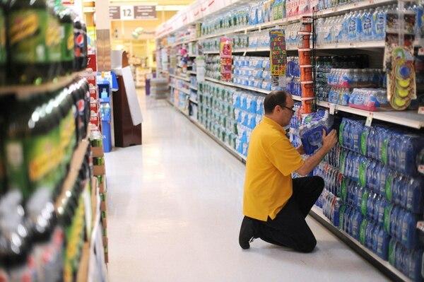 Un empleado de un supermercado en Nueva York acomoda unas botellas de agua. La escasa generación de empleo es uno de los problemas actuales de la economía de Estados Unidos. | JENNIFER S. ALTMAN/THE NEW YORK TIMES