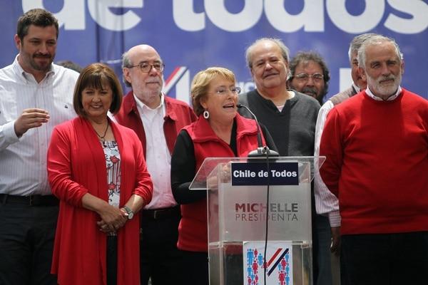 La candidata opositora para la Presidencia de Chile, Michelle Bachelet (centro), habló este domingo durante un encuentro masivo con vecinos de la comuna de Las Condes en Santiago de Chile.