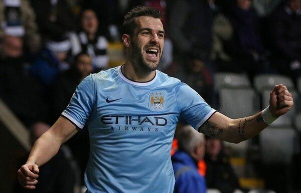 El delantero español del Manchester City Alvaro Negredo celebra luego de anotar un gol