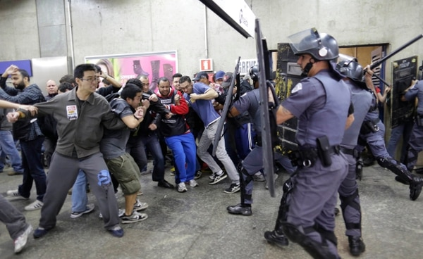 Operadores del metro en huelga se enfrentaron el viernes con la policía en la estación Ana Rosa en el segundo día del paro en Sao Paulo.