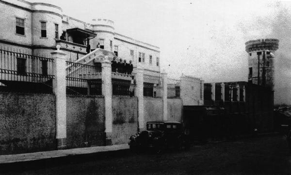 El Cuartel Bellavista cuando recién se terminaban las obras del pabellón frontal, hacia 1931. Fotografía de autor no determinado. Andrés Fernández para LN.