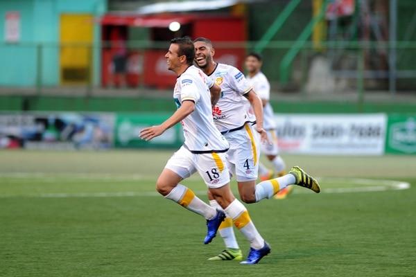 Julio Pardini (18) festeja su primer gol con Herediano, con Allan Miranda. La anotación la marcó ayer, en el Carlos Ugalde. | DIANA MÉNDEZ