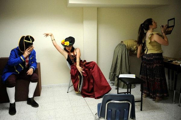 Tras bastidores. Jonatan Hernández (de azul) interpreta a Monsieur Thénardier y Manuela Cornick es Madame Thénardier (al centro). Alexa Widding y Gloria Garita se maquillan antes de un ensayo.