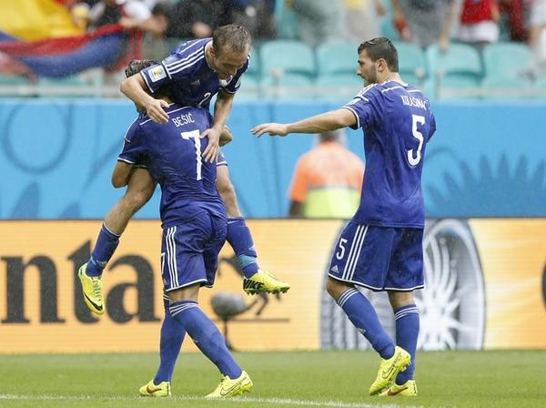 Los jugadores de Bosnia-Herzegovina, Emir Spahic (4) y Muhamed Besic, celebraron el primer triunfo de su selección en un Mundial. | AFP