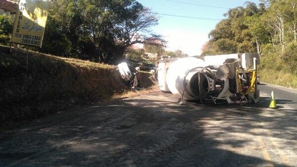 Producto del aparatoso accidente, la ruta 1 ha tenido paso regulado y cierres totales, mientras levantan el equipo pesado.